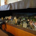 D2:路面電車が走る城下町(夜景)外部の様子