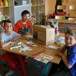 """Die Schüler beim auspacken der """"Klimabox""""."""