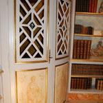 porte encoignure ajourée et peinte