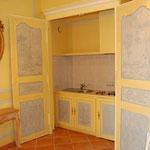 cuisne integrée derriere une facade d'armoire