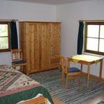 Schlafzimmer mit Doppelbett und Ausziehcouch