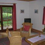 Wohnzimmer mit Sat-TV und Terrassentür