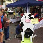 Etwas schwierig gestaltete sich das Melken der Kuh Lotta. Aber Spaß hatten dennoch alle.
