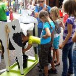 Etwas schwierig gestaltete sich das Melken der Kuh Lotta. Aber Spaß hatten dennoch alle