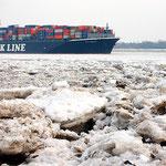 """Containerschiff """"Nyk Apollo"""" auf der eisigen Elbe bei Wittenbergen, Canon EOS 300D, Yashinon 1:2,8/35 mm"""