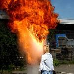 """Feuerlöschübung: Brennendes Öl mit Wasser """"löschen"""", Canon EOS 300D, Yashinon 1:2,8/35 mm"""