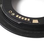 AF Confirm Adapter für M42 Objektive an Canon EOS EF-Bajonett. Beim manuellen Fokussieren ertönt ein Piepton der Kamera und eine Diode leuchtet im Sucher auf, wenn der Fokus erreicht ist.
