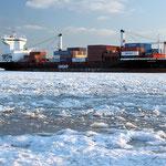 "Containerschiff ""Godafoss"", Canon EOS 500D, Yashinon DS-M 1:2,8/35 mm"
