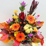 ミニカボチャとオレンジ系の花材のハロウィンのアレンジメント