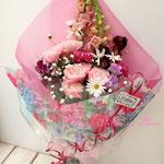 淡いピンクのガーベラやスナップドラゴンの花束