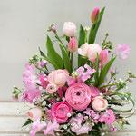 ピンクのラナンキュラス、チューリップのアレンジメント