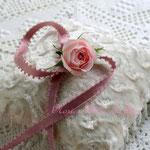 生花の淡いピンクのミニバラを使ったチョーカー