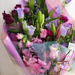 淡いパープルのカンパニュラとスカシユリの花束