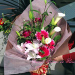 ピンクの大輪のユリ、カラーの花束