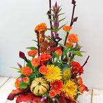 ミニカボチャ、オレンジの花材でハロウィンのアレンジメント