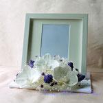プリザーブドフラワーの白いコチョウランを使った外側にお花をおいたタイプ