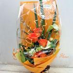 オレンジのバラとカラーの花束