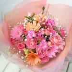 ピーチカラーのガーベラやピンクのバラの花束