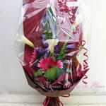 濃いピンクの大輪系のガーベラやカラーの花束