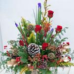 もみの木や赤いバラのクリスマスのアレンジメント