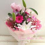 白いユリとバラの花束