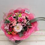 淡いピンクのガーベラやピンクのバラの花束