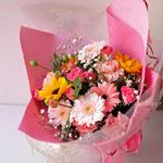 淡いピンクのガーベラやヒマワリのバラの花束