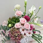 結婚のお祝いに、バラ、カラーアジサイのアレンジメント
