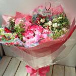 ピンク系のバラの花束
