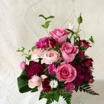 カップ咲きのピンクのバラと同色系のラナンキュラスのアレンジメント