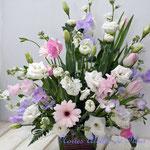 白いお花に淡い色合いのお花を加えたご法事のお花