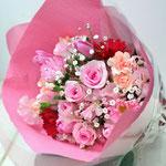 ピンクのバラ、カーネーションの花束