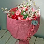 桜、ピンクのバラの花束
