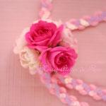 生花の濃いピンクのミニバラを使ったチョーカー