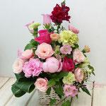 ピンクの芍薬と赤いバラのアレンジメント