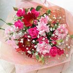 赤いバラ、ピンクのカーネーションの花束