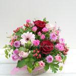 赤いバラ、淡いピンクのガーベラを使ったアレンジメント
