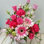 ピンクの複色のガーベラとバラのアレンジメント
