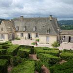 Die Gärten von Marqueyssac mit einem aus Steinen gedecktem Hausdach