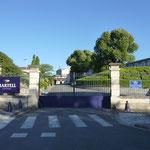 """Die Einfahrt der """"Martell"""" Brennerei in Cognac"""