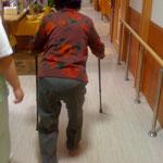 脊髄疾患のご利用者様 両側T杖での歩行が安定 デイサービスにて