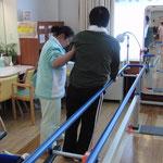 デイサービスで若くして片麻痺になったNさん 1年半かけて立位介助から歩行介助へ