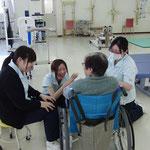 契約している老人保健施設で利用者が新人と談笑中です