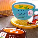 お皿の上のカップを毎月替える、卓上カレンダーです