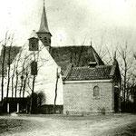De oudst bekende foto van de kerk. Het brandspuithuisje stond er van 1879 tot 1912. De wijzerplaat van de klok is nog rechthoekig; in 1889 krijgt de kerk een nieuw uurwerk met een ronde wijzerplaat op de gevel. De foto is dus genomen tussen 1879 en 1889.
