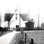 De kerk omstreeks 1900 gefotografeerd, vanaf de Kerkelaan.