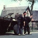 Twee kolenboeren in actie. Cor Groen en Gortje Kooy op de Bovenweg voor de School met de Bijbel, in de vijftiger jaren.