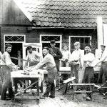 De aannemerij van Antoni Kroonenburg (in het midden, met pet), de grootvader van de laatste burgemeester Kroonenburg. De aannemerij bevond zich in het Noordeinde, tegenover de 'Wik van Kroonengurg'. Foto omstreeks 1910.