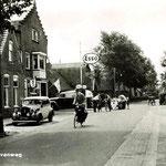 De personenauto staat voor het pand geparkeerd waar nu drogist Soorsma in zit. Ca. 1950.