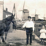 De oervader van de Fa. Schot en Zonen is Gijsbert Schot. Hij was sluiswachter bij de Zes Wielen en kluste op allerlei manieren wat bij, o.a. ook met transport. (Vandaar dat paard.)